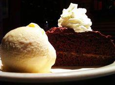Delicioso bizcocho de chocolate con dulce de leche. Servido con helado y crema.