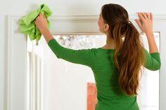 Come pulire casa a primavera pulizia porte finestre panno microfibra verde acido donna capelli castani coda di cavvallo maglietta maniche lunghe verde