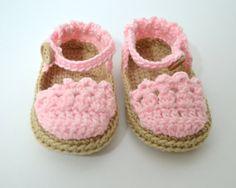 Sandalias de crochet para bebés estilo menorquinas.