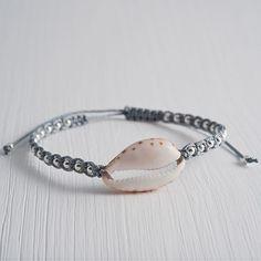 """Pacific Ocean - Kauri Armband von """"A Pinch of Salt"""" mit einer wunderschönen Kauri in der Mitte umgeben von vielen kleinen Silberperlen."""