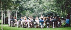 Mogelijke opstelling trouwceremonie bij de Brummerij. Mooi zijn ook de witte strikken om de stoelen en de linten in de bomen.