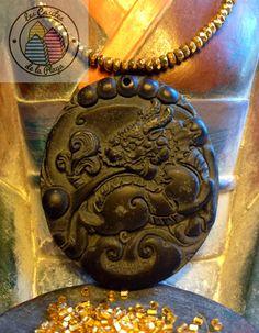 Medallón tallado de obsidiana.