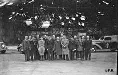 Photo Fonds Robinard. Des personnalités devant un hangar de la zone Nord deCarpiquetattendent l'arrivée du général Koenig, au premier rang le 3e à partir de la gauche René Duchez et le 6e Léonard Gille