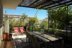 Afficher l'image d'origine Outdoor Sofa, Outdoor Furniture, Outdoor Decor, Planter Boxes, Planters, Porch Area, Getaway Cabins, Roof Structure, Calming Colors