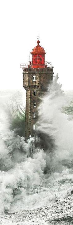 """С волны десять метров, связанных с юго-западные ветры 150 км / ч до Ouessant и 137 км / ч на Пуант дю Раца, шторм Петра проходит по всей Великобритании.Iroise море, мы ориентируемся на некоторые огни, как здесь, на Маре близ Уэссана.Он был построен между 1904 и 1911 годами, благодаря наследию (400000 франков) члена географического общества Парижа, Шарль-Эжен POTRON на рифе Ar Gazec ( """"кобыла"""" в Бретон).Бриттани изображение"""