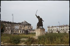Plac Krasińskich z widocznymi ruinami pałacu Krasińskich i oficyny nad ulicą Bonifraterską, na pierwszym planie pomnik Jana Kilińskiego. fot. Henry N. Cobb 1947