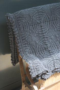 Image of Grand plaid ancien au crochet.