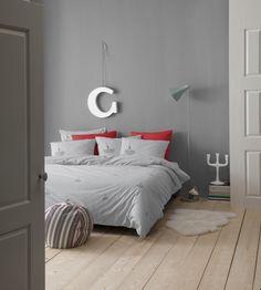 Het dekbedovertrek Sailing van Cinderella straalt luxe en comfort uit door de verfijnde, klassieke streep, zachte kleurtonen en het subtiele bootje. #sailing #zeilen #stripes #bedroom #slaapkamer #maritiem