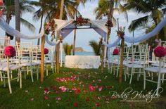 Decoración con flores y petalos para tu Boda en Playa.