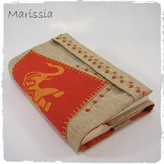 Protège-livre grand format beige et rouge fait main en tissu : Autres sacs par marissia