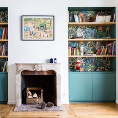 Add colour & pattern to unexpected spaces like these alcove bookshelves created by using Savuti Order your sample of Savuti through the link in our bio. Alcove Storage, Alcove Shelving, Alcove Cupboards, Wallpaper Fireplace, Wallpaper Bookshelf, Alcove Ideas Living Room, Living Room Designs, Living Room Decor, Alcove Bookshelves