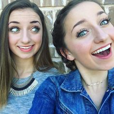Brooklyn and Bailey Famous Youtubers, Beauty Youtubers, Brooklyn And Bailey Youtube, Brooklyn Mcknight, Bailey Mcknight, Cute Girls Hairstyles, Putting On Makeup, Celebs, Celebrity