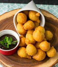 An easy recipe on how to make pholourie, a fried, spiced, flour mixture popularly eaten as a snack in Trinidad and Tobago, Guyana and Suriname. Trinidadian Recipes, Guyanese Recipes, Jamaican Recipes, Guyana Food, Suriname Food, Carribean Food, Caribbean Recipes, Accra, Gastronomia