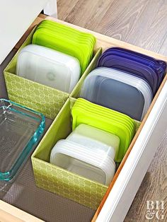 Organisera köksbänken med ett enkelt bricka Brilliant DIY kitchen organization ideas to transform your entire kitchen. These cheap kitchen organization hacks are so easy to do. Organiser Tupperware, Tupperware Organizing, Organizing Hacks, Diy Hacks, Organization Hacks, Tupperware Storage, Organizing Solutions, Organising, Bedroom Organization