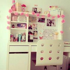 Enmarca tu escritorio con luces navideñas y flores de papel. Te ayudará a ponerte súper creativa.