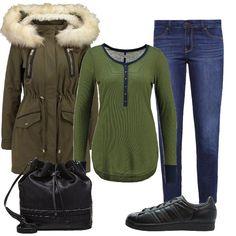 Maglia a maniche lunghe con bottoncini sul davanti e jeans skinny a vita bassa, blue. Parka verde con cappuccio e collo in pelliccia sintetica. Sneakers e borsa a secchiello black. Capi essenziali per affrontare al meglio l'inverno.