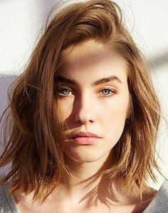 """Messy hair is hot! Het moet lijken alsof je je haar binnen een paar minuten hebt gestyled, maar het toch verrassend goed zit. Het is een look die is ontstaan in Parijs. Het wordt dan ook wel de """"Je ne sais quois"""" look genoemd. Het is een rommelige look die achteloosheid uitstraalt. Lees nu meer -->"""
