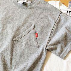EYLのアイコンである三角をモチーフにしたシンプルなポケットTシャツです。普通なのに普通じゃない。そんな独特の存在感があるTシャツです。ポケットは、国内の工場で1枚1枚丁寧に縫製を行っておりますが、三角形は縫製の難易度が高いため、三角に多少のゆがみがある場合があります。GILDAN 6.1oz T-SHIRTSをボディに使用し、さらっとした着心地です。これは【Sサイズ】になります。他のサイズは下記を参考にしてください。サイズ(参考)S: 着丈700mm / 身幅460mm / 袖丈210mm  M: 着丈720mm / 身幅510mm /袖丈210mm  L: 着丈750mm / 身幅560mm / 袖丈220mm ※表記はメンズです。またUS企画ですので日本のものよりも一回り大きめの作りになっています。※HMJ2017出展作品 Love Clothing, Clothing Hacks, Tee Design, Apparel Design, My T Shirt, Sport Fashion, Fashion Details, Shirt Style, Sportswear