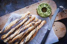 "Butterdejs grissini eller ""breadsticks"" med flødeost og birkes."