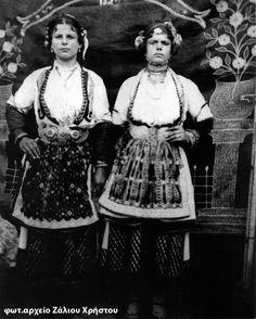 """Αρραβωνιασμένες με παραδοσιακες φορεσιές από τη Χαρίεσσα Ημαθίας. (φωτ.αρχείο Μ.Π. Σύλλογος """"ΑΓΙΟΣ ΔΗΜΗΤΡΙΟΣ"""" Χαρίεσσας)"""