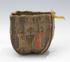 French purse, quarter of the Century, made of silk and metal. Brooklyn Museum Costume Collection at the Metropolitan Museum of Art. Sweet Bags, Costume Collection, Embroidered Bag, Renaissance Fair, Drawstring Pouch, Historical Costume, Historical Art, Vintage Handbags, Women's Handbags