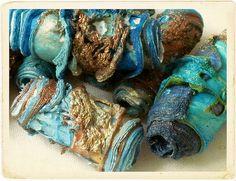 Tyvek kralen geïnspireerd door roestige boten en visnetten Textiele kunst kralen met de hand gemaakt door mij voor alle soorten ambachtelijke projecten, sieraden en borduurwerk projecten ... geïnspireerd door de kleuren van St. Ives - de oceaan, roestige vissersboten, bladderende verf, visnetten en wrakken