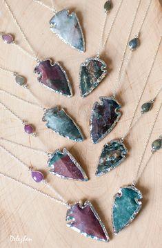 Ce collier branché est composé dune pointe de flèche Agate naturelle monture en argent & suspendu à une chaîne en argent Sterling avec un connecteur