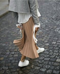 Latest Fashion Trends – This casual outfit is perfect for spring break or the Fall. 41 Surprisingly Cute Street Style Looks To Update You Wardrobe – Latest Fashion Trends – This casual outfit is perfect for spring break or the Fall. Looks Chic, Looks Style, Style Me, Pleated Skirt Outfit, Skirt Outfits, Pleated Skirts, Midi Skirt, Long Skirts, Look Fashion