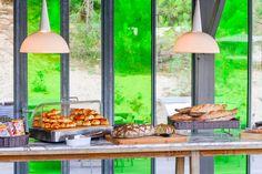 Au petit déjeuner, le pain servi est le seul à être produit à l'extérieur de l'hôtel, chez un boulanger qui ne travaille que des farines biologiques.
