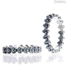 Prześliczny pierścionek z srebrnymi koralikami