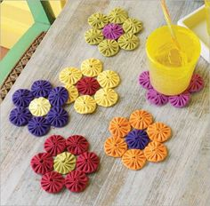 Dress up your summer table with these Yo-Yo Coasters. Sewn from scraps of old t-shirts making this an easy DIY, upcycling project! Quilting Projects, Sewing Projects, Easy Projects, Yo Yo Quilt, Paper Quilling Designs, Quilling Patterns, Mug Rugs, Diy Dress, Fabric Art