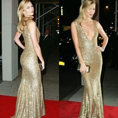 A Karlie Kloss esteve deslumbrante no L'Oréal Women of Worth Awards, em Nova York. Ela vestiu um poderoso vestido #michaelkors dourado.⭐ #glamourous #karliekloss #fashionstyle #loreal #womenofworth #newyork