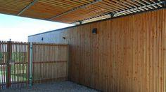 Le bois est entièrement brut de finition afin de traduire, dans un langage contemporain, l'image rustique de la maison de campagne.