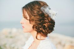 Hochzeitsfrisur für lange Haare seitlicher Dutt lockige Haare