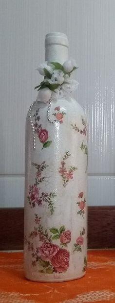 Garrafa de vinho decorada com pintura e decoupage. Tudo feito a mão! Excelente para decoração de ambiente