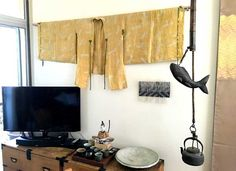 Some people like hanging kimonos on the wall to add color and drama to the interior design. Preparation Spread kimono on a clean surface. Place it out flat, and make sure the shoulders pass straight through the top, sleeves and body straight down. If you plan to hang it facing out, lay it face up