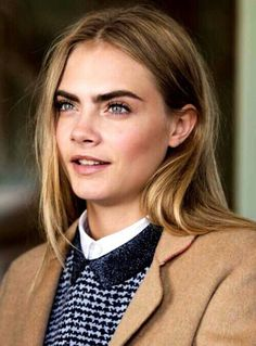 Cara delevingne - loving how bronzed and natural blushed she looks here. Cara Delevingne Eyebrows, Cara Delevingne Style, Cara Delevigne Makeup, Kristen Stewart, Tumblr Eyebrows, Cara Delvingne, Photographie Portrait Inspiration, Looks Style, Belle Photo