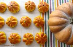 metteteli nel cestino del pane e farete un figurone! i panini alla zucca sono semidolci adatti ad essere farciti sia con salumi che confetture, ottimi per la colazione, la merenda o i buffet!