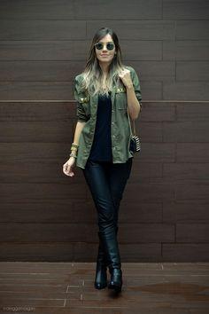 Calça e T-shirt preto + camisa verde b