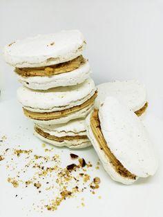 Tá chuť sa nedá opísať, to treba jednoducho zažiť! Laskonky sa rozplývajú na jazyku. Sú krásne a sú to naše slovenské makrónky. Nezabudli ste pri makrónkovom ošiali na laskonky? Tip: Skúsila som ich aj zmraziť a po rozmrazení sú rovnako výborné 🙂 môžete si ich … Camembert Cheese, Ale, Food And Drink, Plates, Baking, Breakfast, Tableware, Desserts, Licence Plates