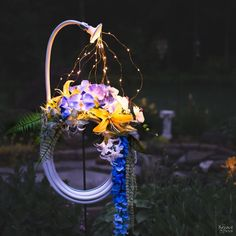 In this simple tutorial, we'll show you how to make a stunning lighted garden hose wreath. Day or night, on a door or in a garden - it looks fantastic! Garden Hose Wreath, Garden Shed Diy, Garden Train, Garden Crafts, Garden Beds, Garden Lighting Diy, Backyard Lighting, Craft Paint Storage, Outdoor Chalkboard