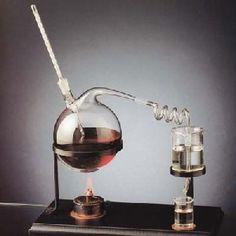 I metodi di estrazione degli oli essenziali naturali più usati e consentiti dalla legge, per scopo terapeutico, sono: la distillazione in corrente di vapore (d'acqua) e la spremitura.  La Distillazione in corrente di vapore degli Oli Essenziali  Se la spremitura è il metodo di estrazione preferito per gli oli essenziali di agrumi, la distillazione a vapore (o distillazione in corrente di vapore) è il metodo più utilizzato per ottenere la maggior parte delle altre essenze.