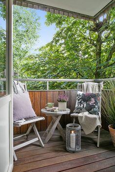 屋外家具のチェアとテーブルとキャンドルのある、リビングに隣接するベランダの屋外リビング                                                                                                                                                                                 もっと見る