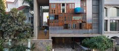 Arquitetos constroem fachada de casa com portas e janelas usadas - limaonagua