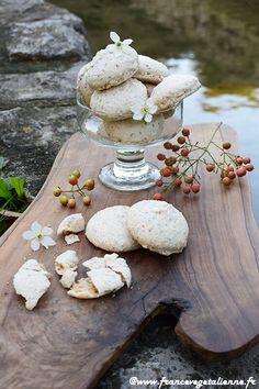 Macaron à l'ancienne (recette végane) Aquafaba, Seitan, Macarons Vegan, Macaron Caramel, Vegan Pastries, Vegan Kitchen, Galette, Quiche, Biscuits