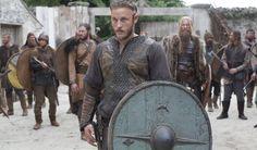 """Serialul își pune amprenta asupra imaginii istoriei poporului viking! Unul din cele mai importante și dezbătute obiecte ale istoriei din acest serial este sistemul navigațional folosit de vikingi, mai exact cristalul denumit """"sunstone""""."""