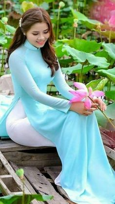 Vietnamese Traditional Dress, Vietnamese Dress, Traditional Dresses, Cute Asian Girls, Beautiful Asian Girls, Beautiful Women, Vietnam Girl, Ao Dai Vietnam, Beautiful Vietnam