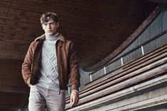 Classic American sportswear comes together with a European flair for Hartford's signature style. The brand's fall-winter 2019 collection delivers plenty of… Men's Collection, Summer Collection, Suede Jacket, Bomber Jacket, The Fashionisto, Smart Styles, Slim Fit Pants, Signature Style, Sport Fashion