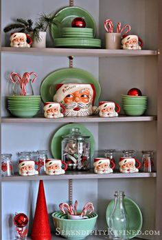 Add nostalgic vibes to your decor with these vintage Christmas decor ideas. From santa mugs to bubble lights, these decor ideas are a trip down memory lane. Farmhouse Christmas Decor, Christmas Kitchen, Retro Christmas, Rustic Christmas, All Things Christmas, Christmas Home, Christmas Holidays, Christmas Wreaths, Christmas Ideas