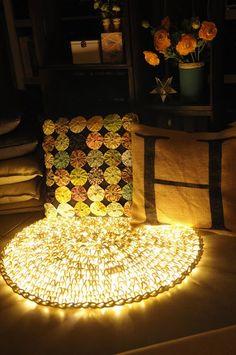 Uma designer teve a ideia de criar um tapete luminoso, ela começou a fazer croché em volta de um tubo luminoso. O resultado final foi algo espectacular. Veja com os seus próprios olhos....